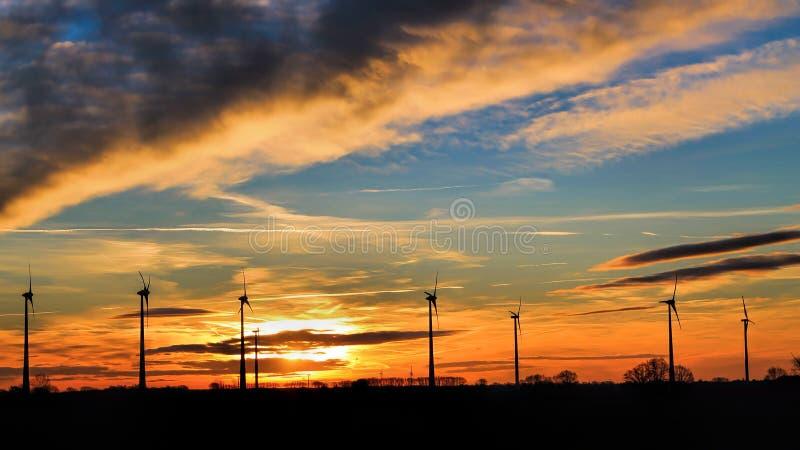 Silhouettes de turbine de vent images stock
