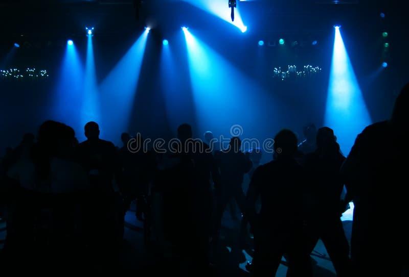 Silhouettes des adolescents d'une danse images stock