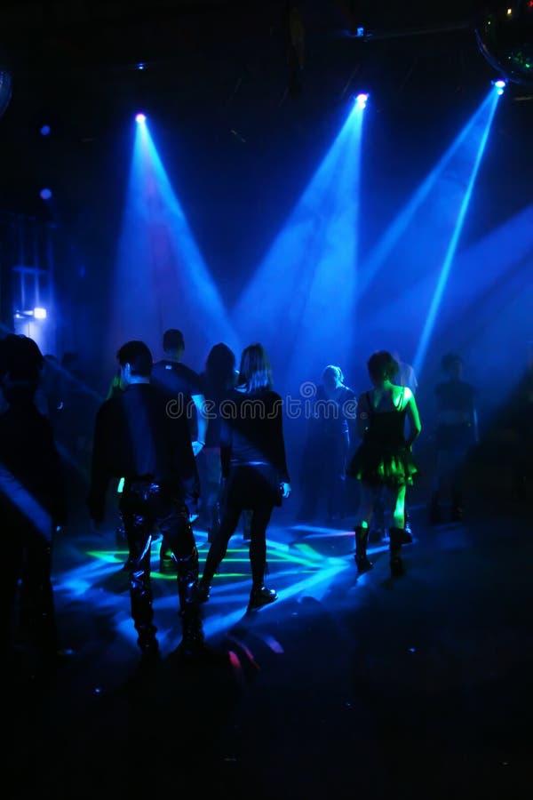 Silhouettes des adolescents d'une danse photographie stock libre de droits
