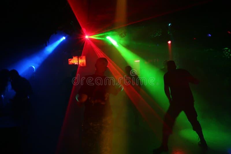 Silhouettes des adolescents de danse photographie stock libre de droits
