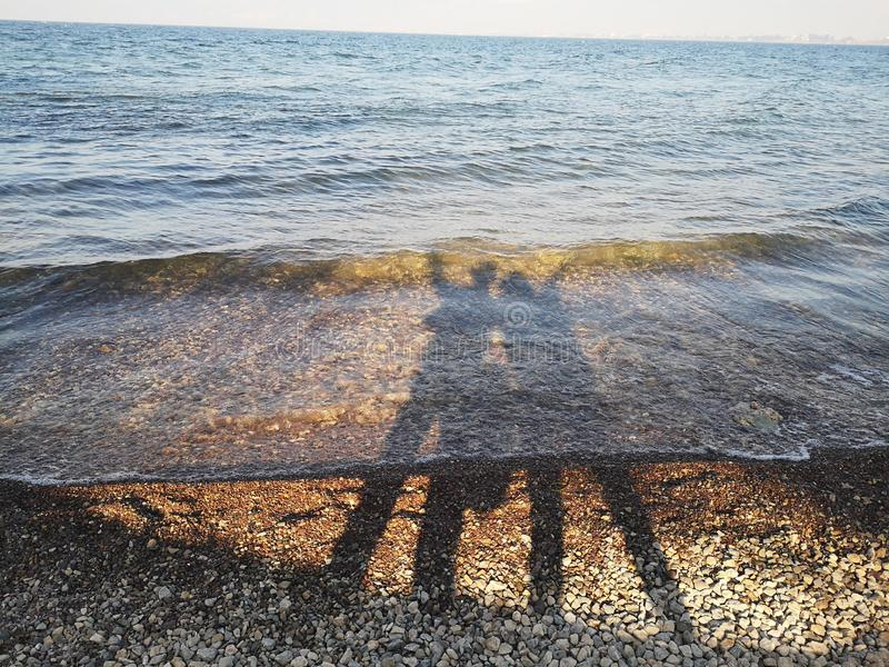 Silhouettes des amants de Lakeside images libres de droits