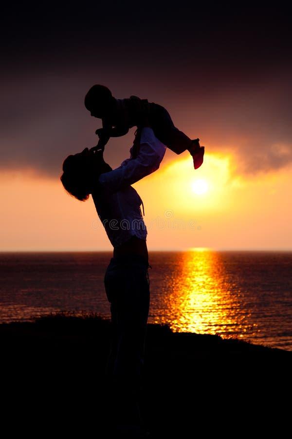 Silhouettes des femmes et d'un enfant photo stock