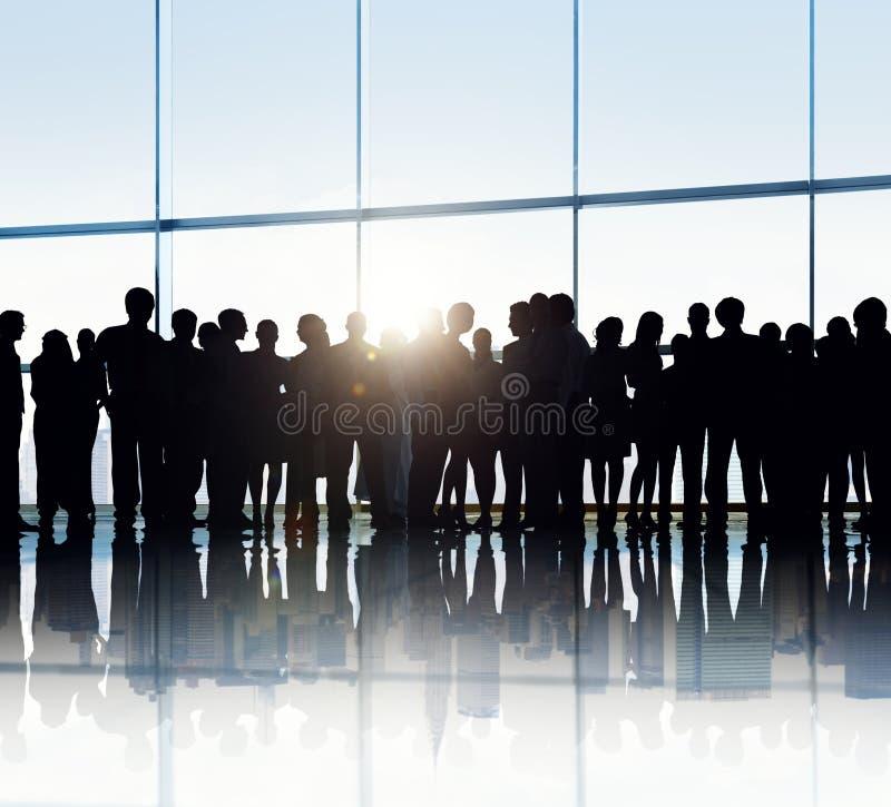 Silhouettes des gens d'affaires dans un immeuble de bureaux photos stock