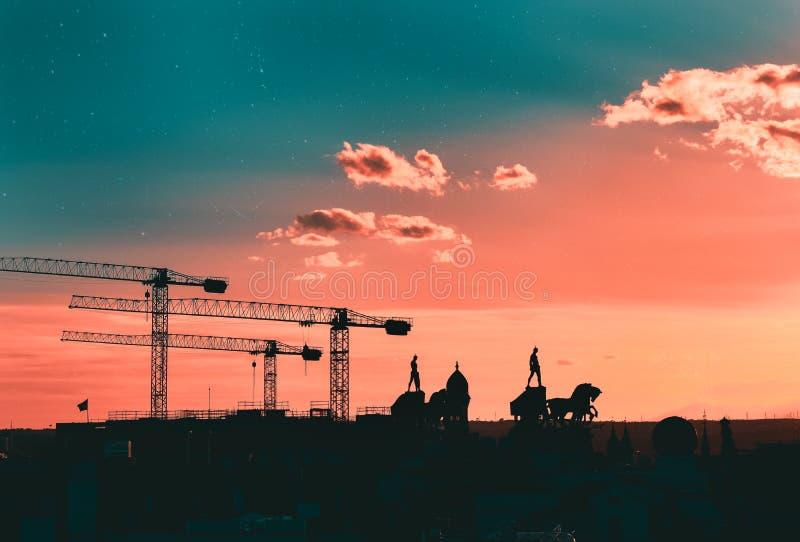 Silhouettes des grues, des statues et des bâtiments Madrid, Espagne photo libre de droits