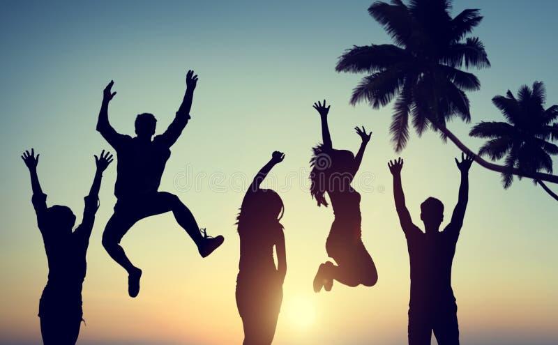 Silhouettes des jeunes sautant avec l'excitation images stock