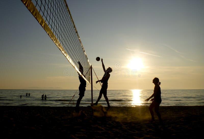 Silhouettes des joueurs de volleyball de plage image libre de droits