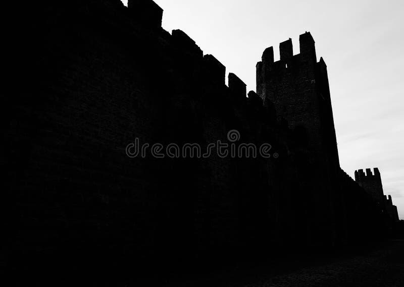 silhouettes des murs médiévaux antiques qui ont protégé le CIT photos stock
