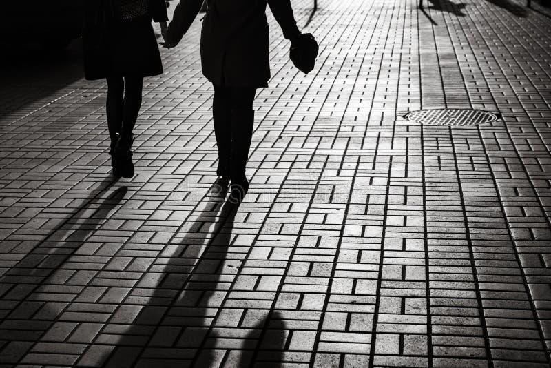 Silhouettes des personnes marchant les rues d'une grande ville images libres de droits