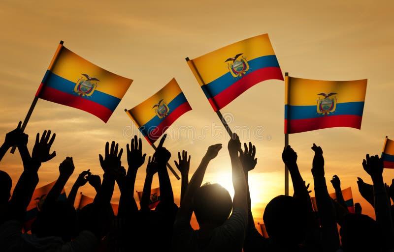 Silhouettes des personnes tenant le drapeau de l'Equateur images libres de droits