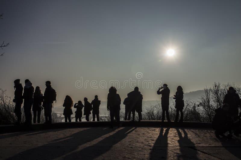 Silhouettes des touristes à Prague sur la République Tchèque de point de vue photographie stock