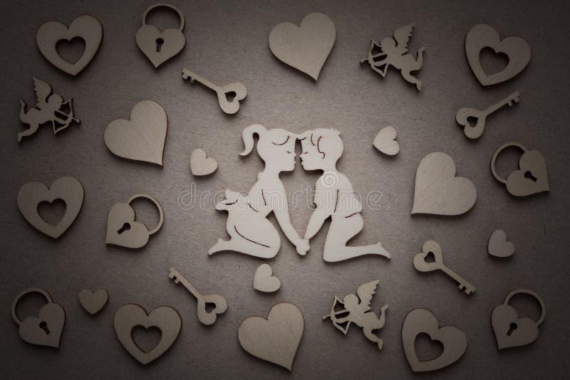 Silhouettes en bois des hommes et des femmes, coeurs, Amur, château, clé images stock