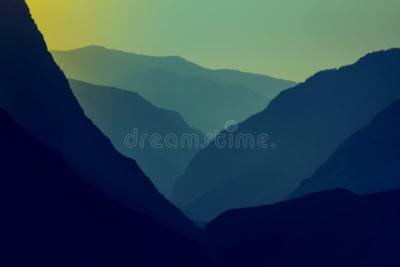 Silhouettes et contours d'un massif de montagne dans le coucher de soleil photos libres de droits