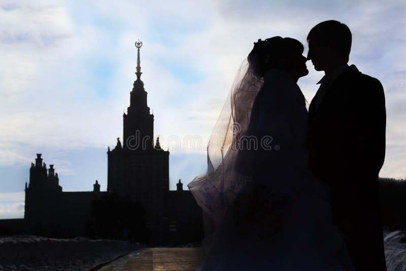 Silhouettes et profils de mariée et de marié image stock