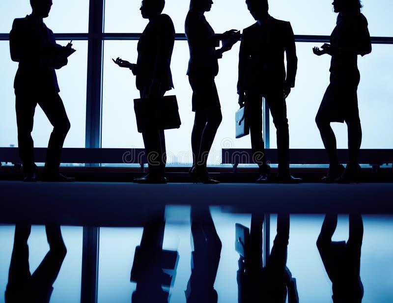 silhouettes för affärsfolk royaltyfri bild