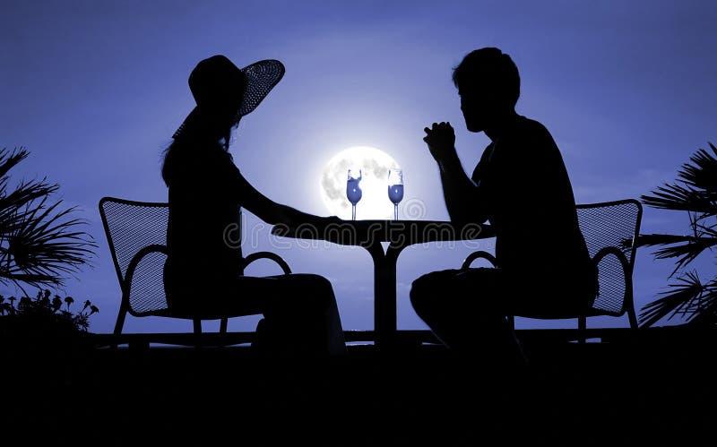 Silhouettes mâles et féminines la nuit photographie stock