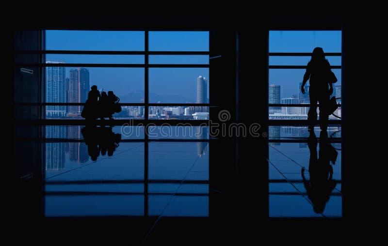 Silhouettes modernes de construction et de gens images stock