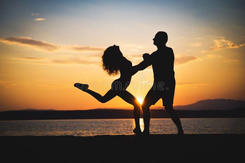 Silhouettes romantiques de couples photo stock