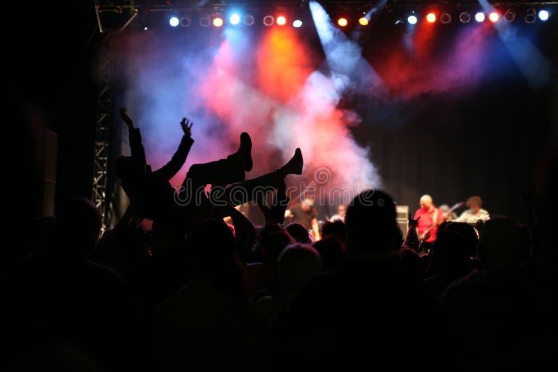 Silhouettes sur le concert de musique images libres de droits