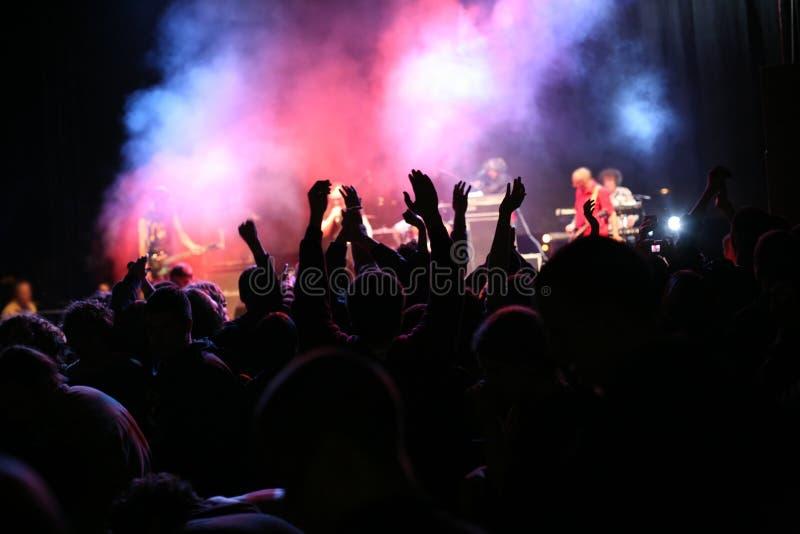 Silhouettes sur le concert de musique photographie stock libre de droits