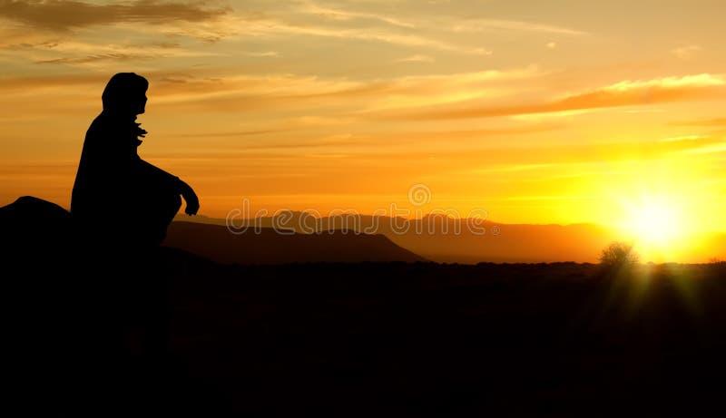 silhouettesolnedgångkvinna royaltyfria foton