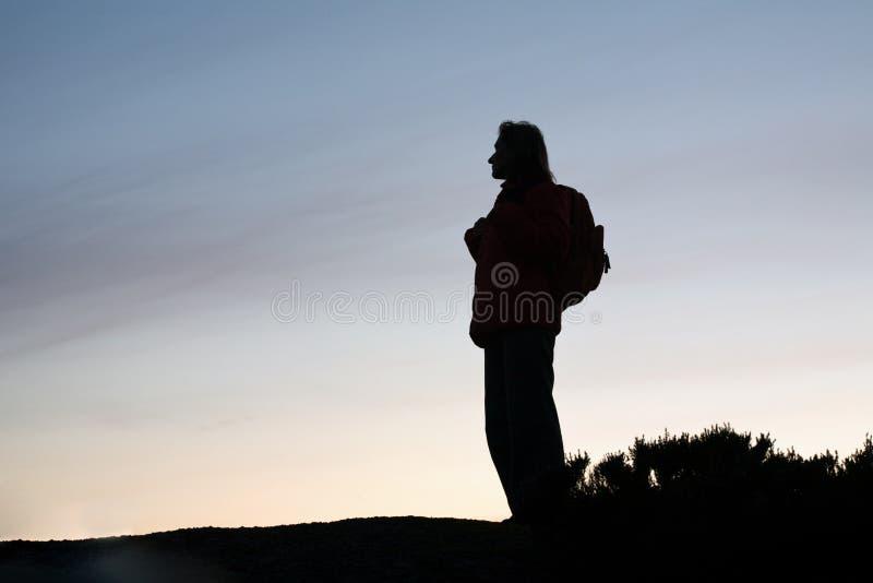 silhouetteturistkvinna royaltyfri fotografi