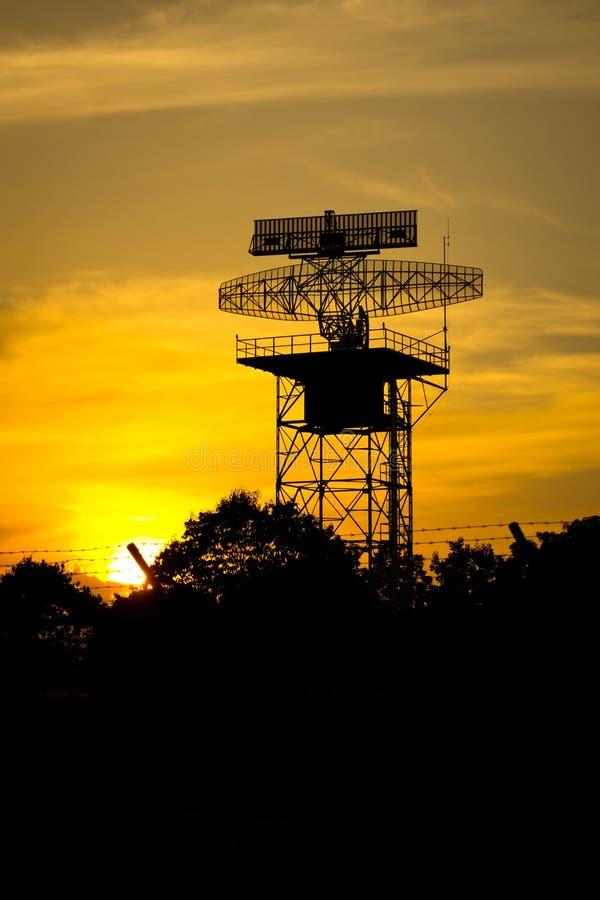 Silhouettez l'avion et le coucher du soleil de tour de radar photos libres de droits