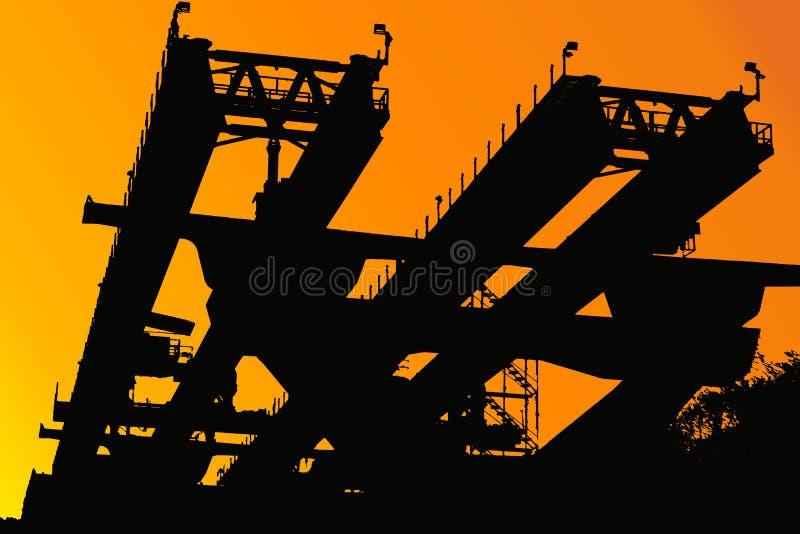 Silhouettez la construction de routes élevée pour le transport commode illustration de vecteur
