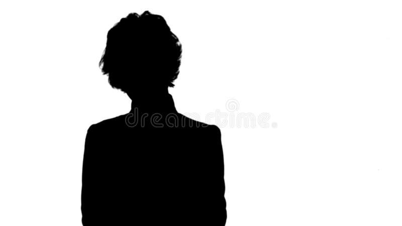 Silhouettez la jeune belle femme d'affaires dans un costume, en souriant, heureux, en travaillant avec un comprimé, écrivant une  photographie stock libre de droits
