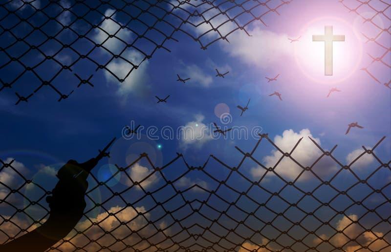 Silhouettez la main avec des ciseaux coupant le filet avec le fond de ciel, f images libres de droits