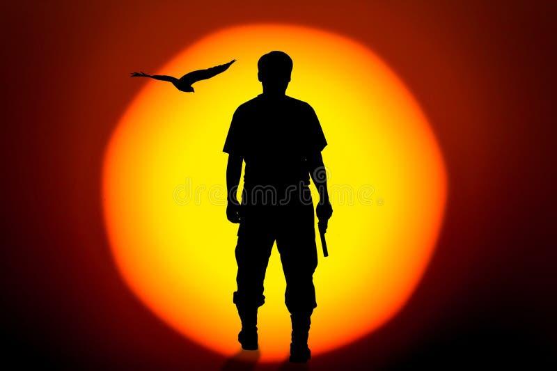 Silhouettez la main debout d'homme tenant des revolvers d'arme à feu sur le Bi illustration stock