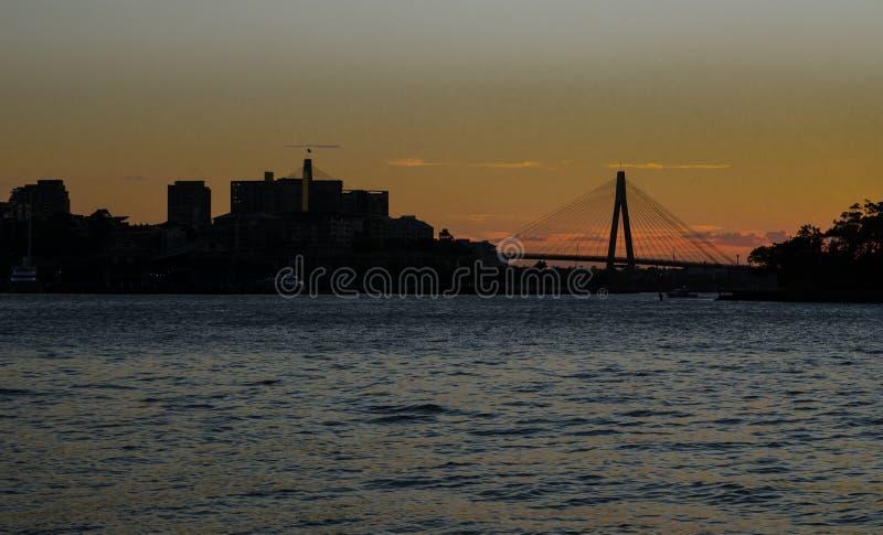 Silhouettez la photographie du pont d'Anzac avec la vue d'océan, Sydney, Australie photos stock