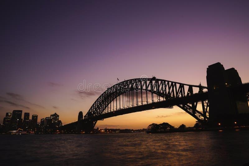 Silhouettez la vue de Sydney Harbour Bridge sur le crépuscule coloré s photo stock
