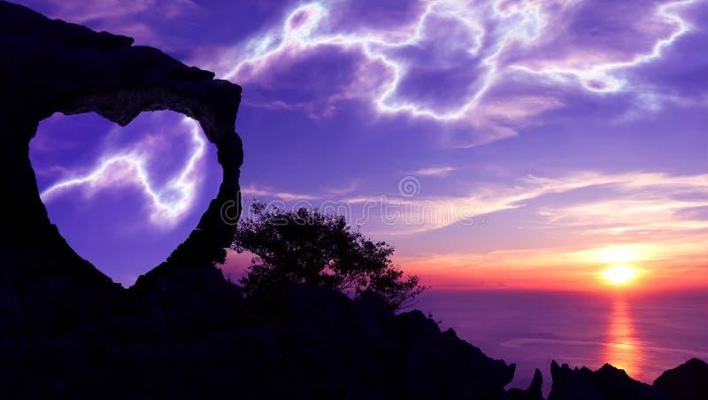 Silhouettez le concept de fond de Valentine, pierre en forme de coeur sur une montagne photographie stock