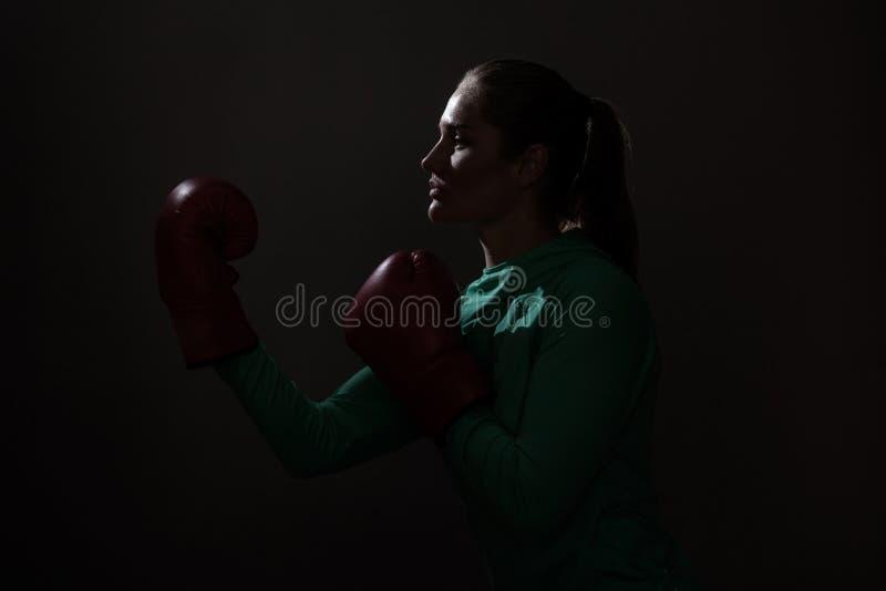 Silhouettez le portrait de vue de côté de profil de la jeune femme de boxeur en le GR photo libre de droits