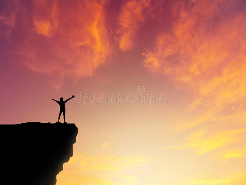 Silhouettieren Sie den Mann, der auf Gebirgsklippen-Sonnenunterganghintergrund steht stockfotos