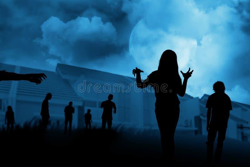 Silhouettieren Sie die Gruppe des Zombies gehend unter Vollmond lizenzfreies stockbild