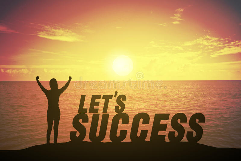 Silhouettieren Sie die junge Frau, die oben Hand wie Siegerkonzept auf Erfolgstext über einem schönen Sonnenuntergang oder einem  stockbilder
