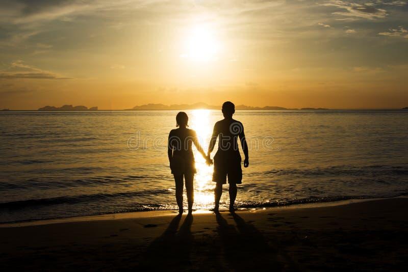 silhouettieren Sie Glück und romantische Szene von Liebespaarpartnern lizenzfreies stockfoto