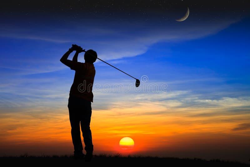 Silhouettieren Sie Golfspieler am Sonnenuntergang stockfoto