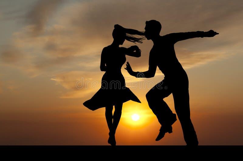 Silhouettieren Sie Paare in der aktiven Standardtanz auf Sonnenuntergang stockfotos