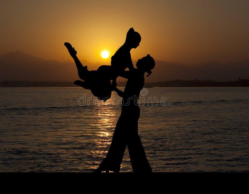 Silhouettieren Sie Paare in der aktiven Standardtanz auf Sonnenuntergang stockbild