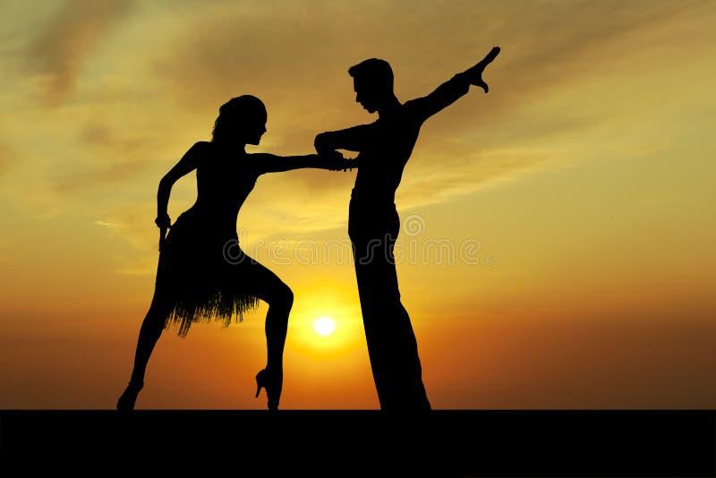 Silhouettieren Sie Paare in der aktiven Standardtanz auf Sonnenuntergang stockfoto