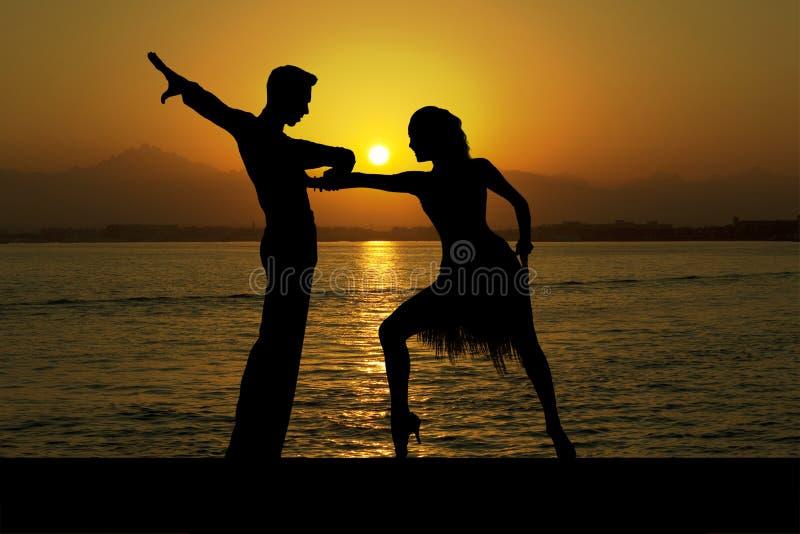 Silhouettieren Sie Paare in der aktiven Standardtanz auf Sonnenuntergang stockbilder