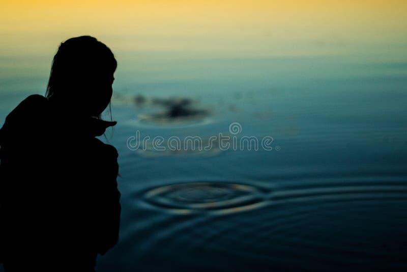 Silhouettierter Felsen-Sprung lizenzfreie stockfotografie