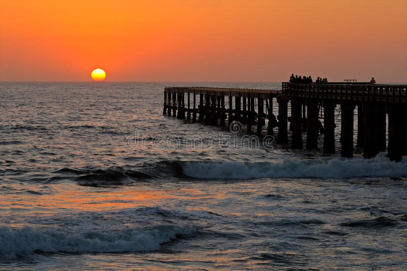 Silhouettierter Küstenpier stockfoto