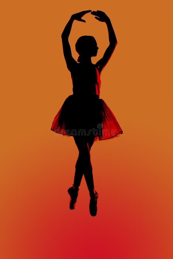 Silhouettr młody balerina z pomarańczowym tłem zdjęcie stock