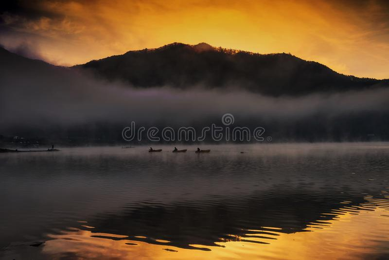 Silhouetvisser bij Shoji-meer tijdens zonsopgang royalty-vrije stock foto