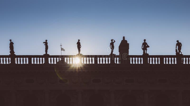 Silhouetvoorgevel van spitsen bij de Nationale Bibliotheek Biblioteca Nazionale Marciana in St Teken` s Vierkant, Venetië, Italië royalty-vrije stock afbeeldingen