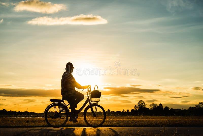 Silhouetvrouw het cirkelen bij zonsondergang royalty-vrije stock fotografie