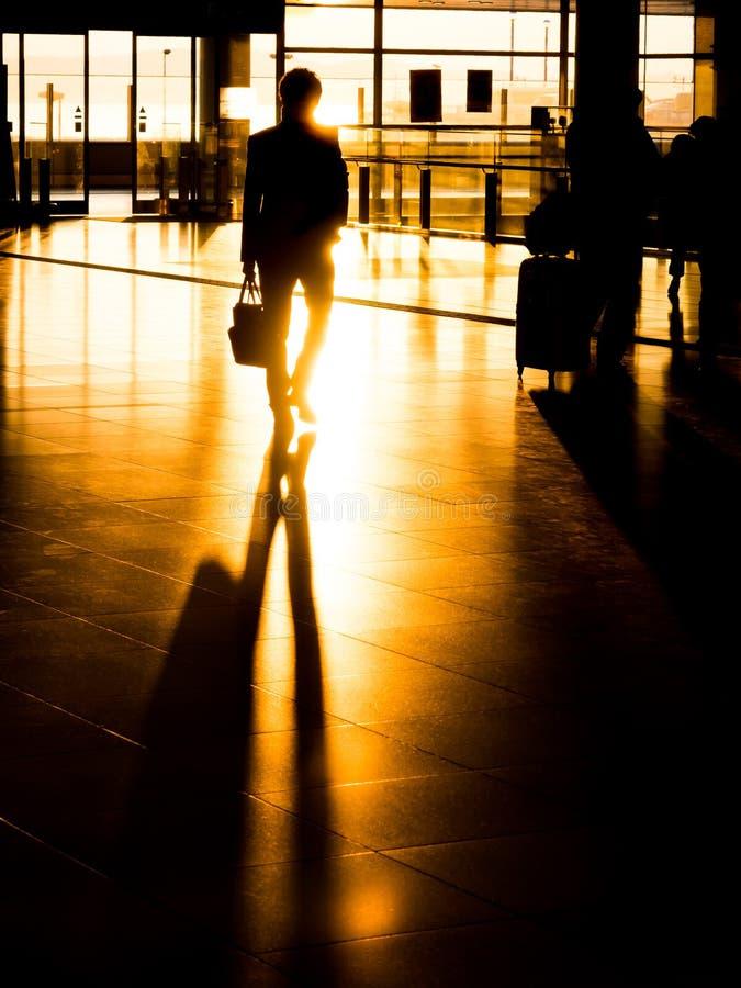 Silhouetzakenman die in luchthaven voor vertrek voorbereidingen treffen royalty-vrije stock afbeeldingen